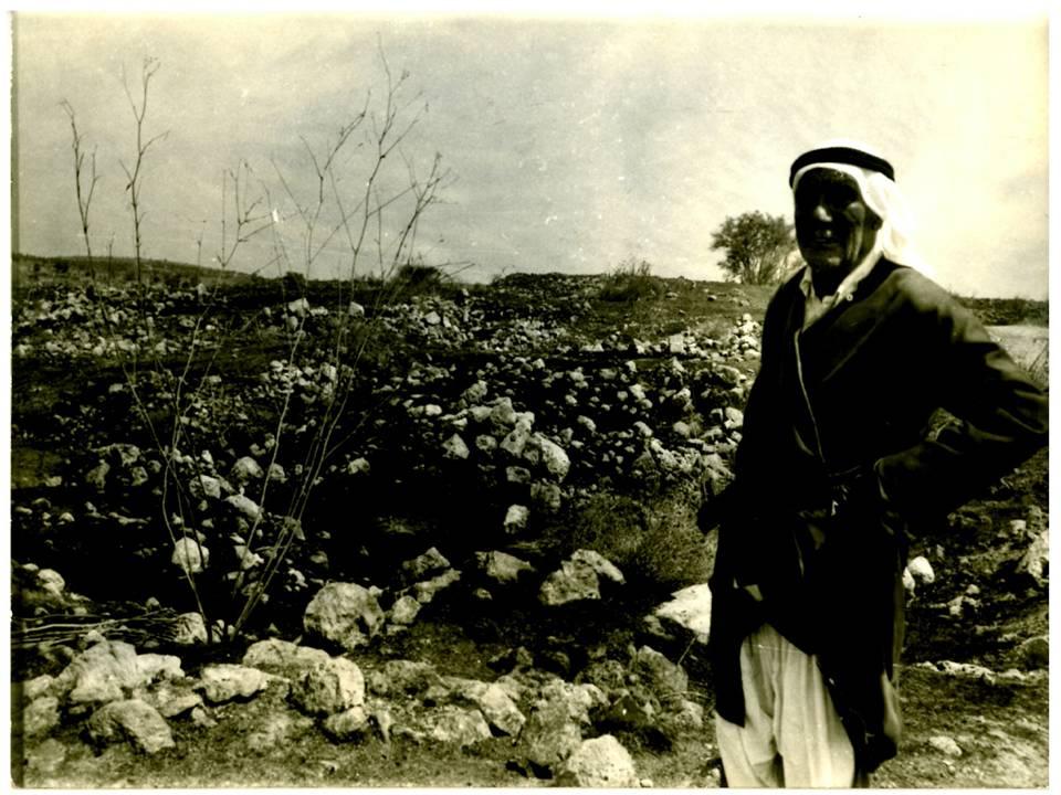 عبد العزيز محمود عليان وهدان يقف في منطقة العطن التي كانت فيها معظم آبار القرية.jpg