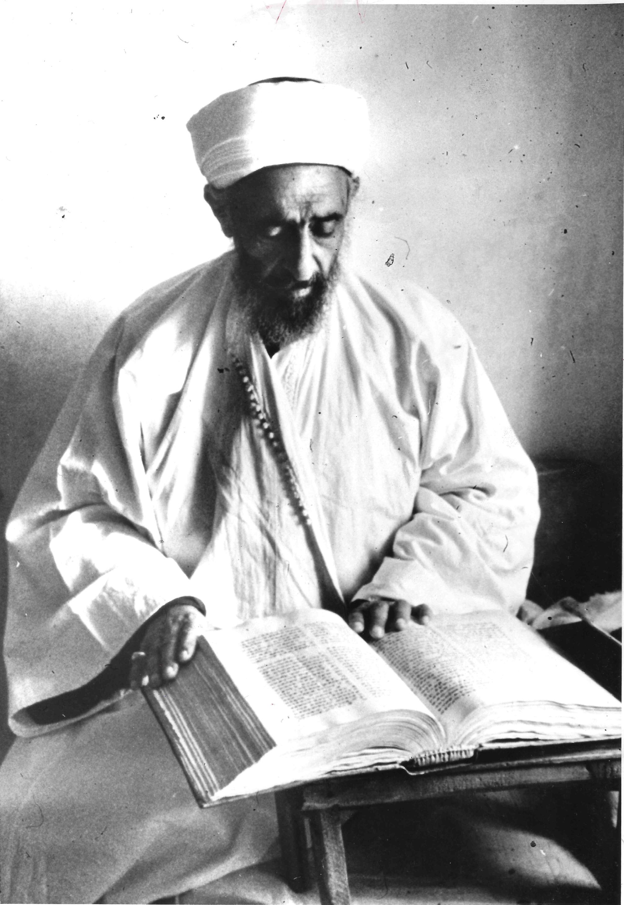 يقرأ كتابهم المقدس عام 1963.jpg