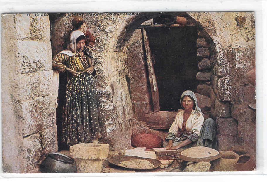 فلسطينيات يعددن الخبز.jpg