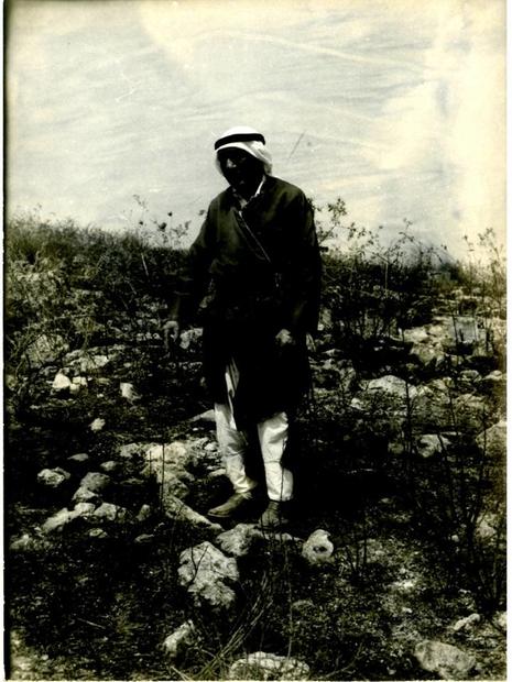 أهالي عنابة السيد عبد العزيز محمود عليان وهدان يشير إلى الموقع الذي يعتقد أنه موقع قبر والده.jpg
