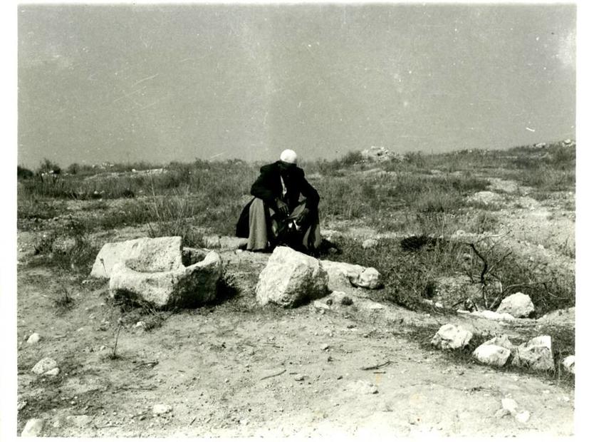 حسين محمود حسين يحيى أبو محمد يجلس على باب يئر تملكه عائلته في منطقة العطن في القسم الجنوبي الشرقي من عنابة.jpg