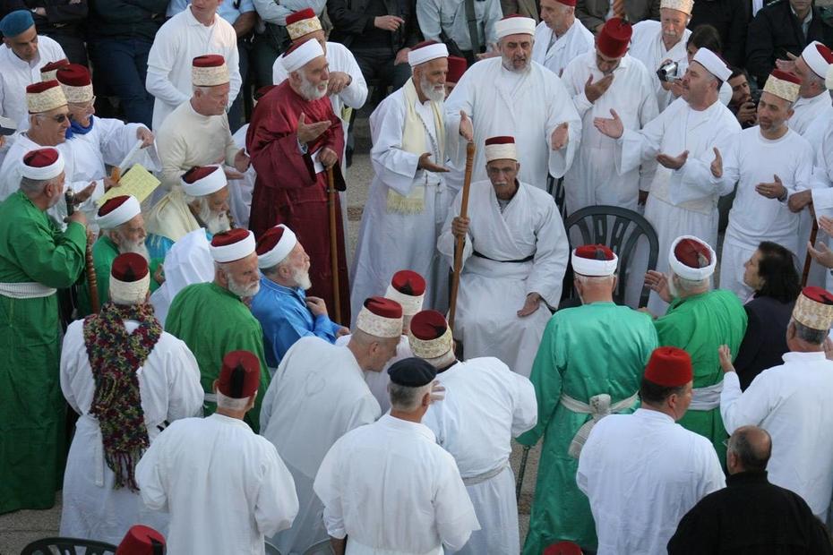 الكهنة السامريون في الأعياد لباسا مخصصا لهذه المناسبات.jpg