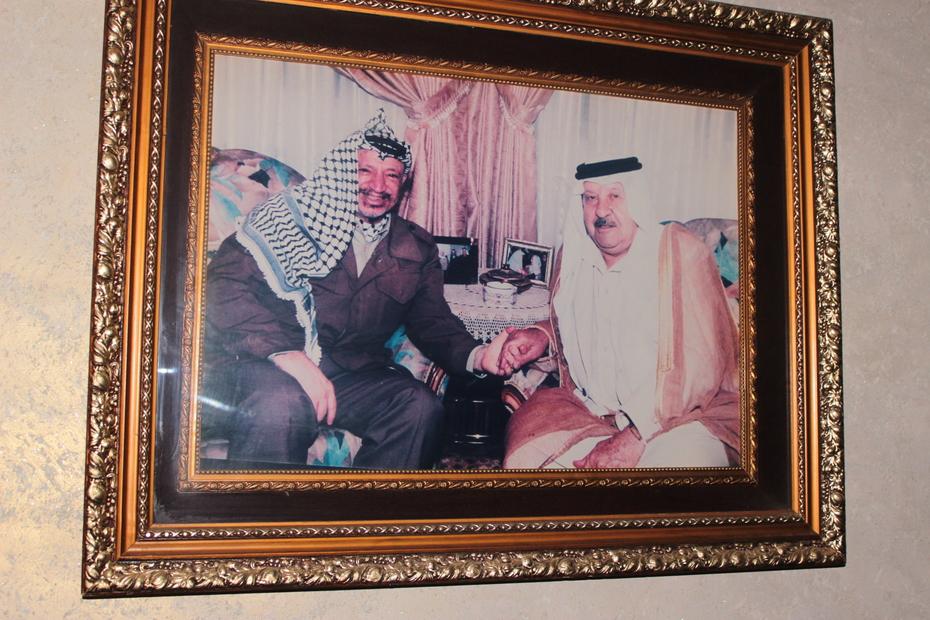 المختار زعل احمد محارب  مع الرئيس ياسر عرفات.JPG