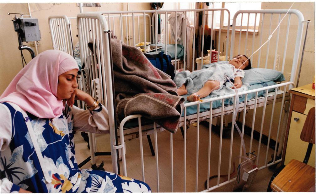 تعتني بطفلها في مستشفى رام الله عام 1989.jpg