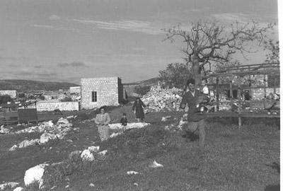 يهود يجوبوا قرية اقرث المحتلة(عام 1950) checked.jpg