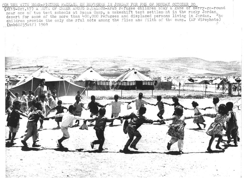 يلعبون في احد مخيمات اللجوء في الاردن عام 1969.jpg
