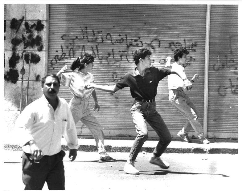 يلقون الحجارة أثناء انتفاضة عام 1987-- الصورة عام 1989.jpg
