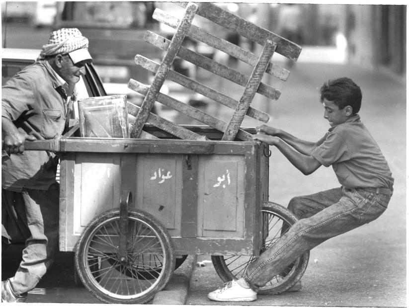 يساعد عجوز في جر عربته عام 1989.jpg